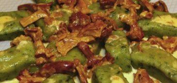 Zielone kopytka z sosem kurkowym