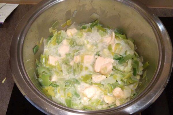 Gotowanie pora z serem topionym