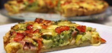 Wytrawna tarta z warzywami, boczkiem wędzonym i serem gorgonzola