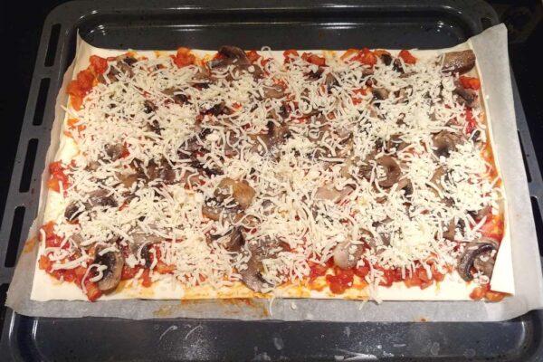 Pizza przygotowana do pieczenia