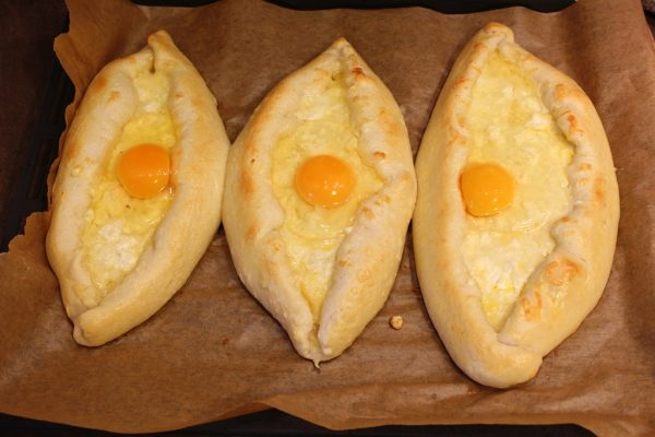 Chaczapuri – wbijanie jajka
