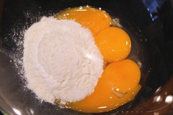 Jajka łączymy z mąką i cukrem