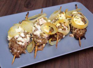 Szaszłyki wołowe z serem feta