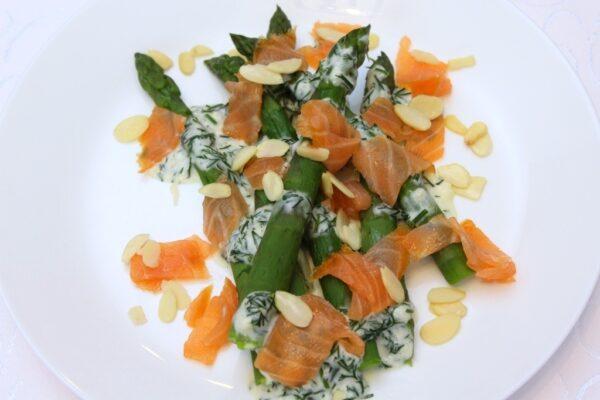 Szparagi z łososiem – danie