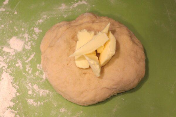 Uformowane ciasto łączymy z porcją masła