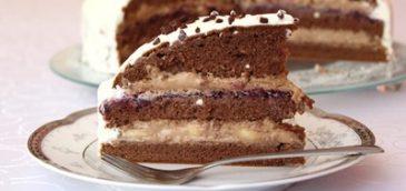 Tort krówkowy z bananami i czarną porzeczką