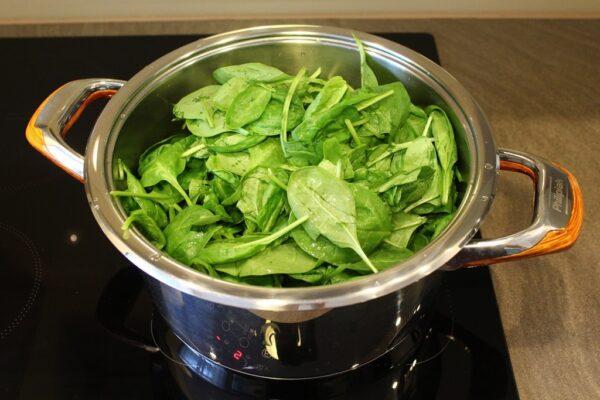 Szpinak przed gotowaniem