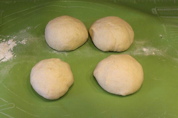 Gotowe ciasto podzielone na porcje
