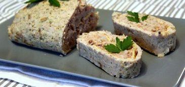 Rolada z mięsa mielonego nadziewana kalafiorem, cebulką oraz orzechami