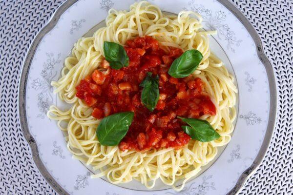Makaron z sosem pomidorowym i boczkiem