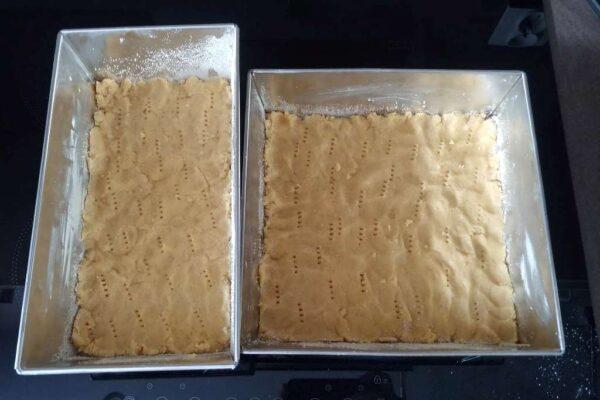 Składanie sernika – układanie kruchego ciasta