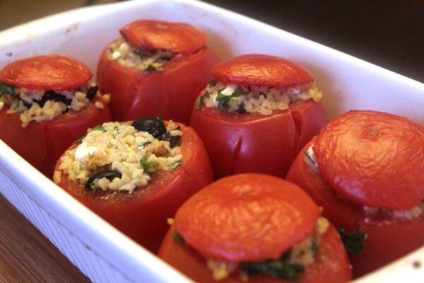 Pomidory faszerowane kaszą bulgur i dodatkami