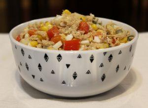 Sałatka z tuńczykiem z sosem miodowo-musztardowym